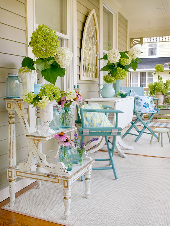 Cottage porch decor {via Better Homes & Gardens}