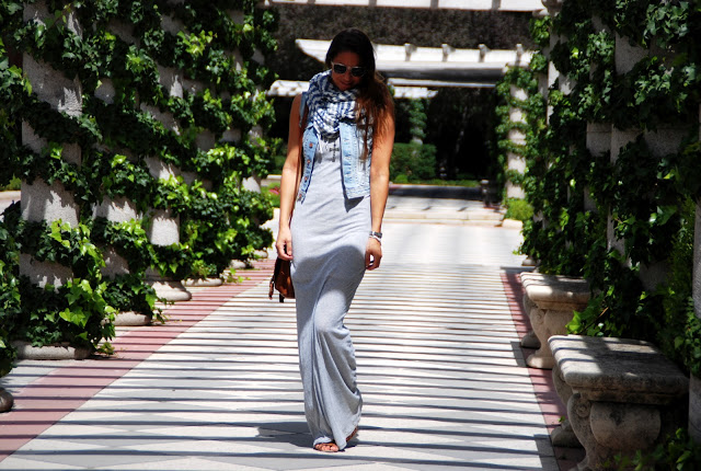 Estilo En Ruta: Gray Maxi Dress, Denim Vest, Scarf