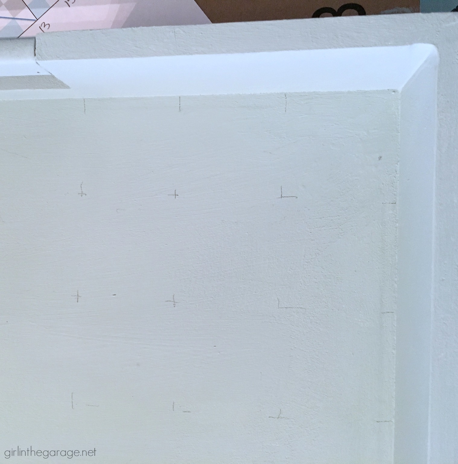 How to paint a barn quilt on a thrifted tray for a beautiful art piece. Step by step DIY tutorial by Girl in the Garage.
